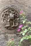 Bloemen en baksteengravure Stock Afbeeldingen