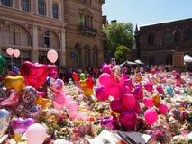 Bloemen en Ballons voor de slachtoffers van de de Arenaaanval van Manchester Stock Afbeeldingen