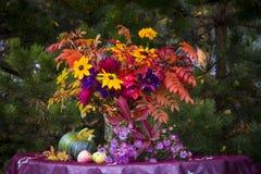 Bloemen en bessen stock illustratie
