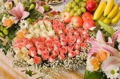 Bloemen en feestlijst. stock fotografie