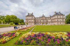 Bloemen en gebouwen van de Tuinen van Luxemburg in Parijs Royalty-vrije Stock Afbeeldingen