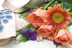 Bloemen en gebroken vaas Stock Foto