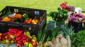 Bloemen en groenten bij landbouwersmarkt stock afbeelding