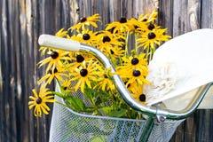 Bloemen en hoed stock afbeeldingen