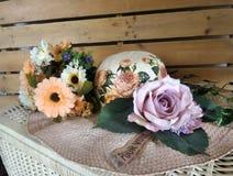Bloemen en hooihoed Royalty-vrije Stock Afbeelding