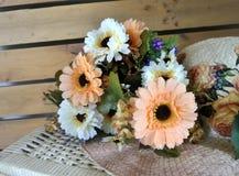 Bloemen en hooihoed Stock Afbeelding