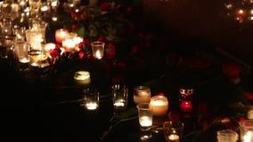 Bloemen en kaarsen in geheugen van de slachtoffers van de slachtoffers van de terroristische aanslag en de militaire acties De me stock video