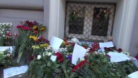 Bloemen en kaarsen van de Russen bij de Ambassade van Nederland in Moskou stock footage