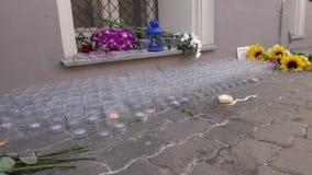 Bloemen en kaarsen van de Russen bij de Ambassade van Nederland in Moskou stock video