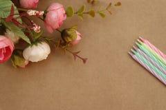 Bloemen en kaarsenbloemen en kaarsen Gelukkige verjaardag! royalty-vrije stock foto