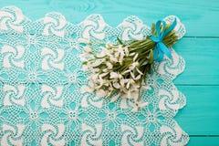 Bloemen en kantlint op blauwe houten achtergrond Stock Fotografie