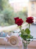 Bloemen en klok Royalty-vrije Stock Foto's