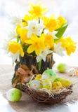 Bloemen en paaseieren stock foto