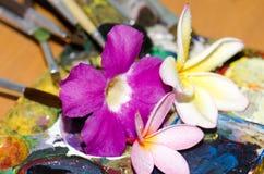 Bloemen en paletten stock afbeelding