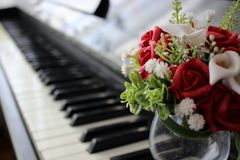 Bloemen en piano Royalty-vrije Stock Afbeelding