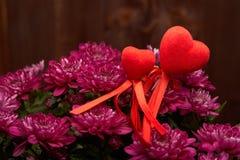 Bloemen en rode harten De dag van de valentijnskaart `s Royalty-vrije Stock Afbeelding