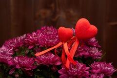 Bloemen en rode harten De dag van de valentijnskaart `s Royalty-vrije Stock Fotografie