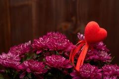 Bloemen en rode harten De dag van de valentijnskaart `s Stock Foto's