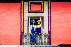 Bloemen en skeletten in Dia DE los Muertos in Mexico-City ala Frida & Diego royalty-vrije stock fotografie