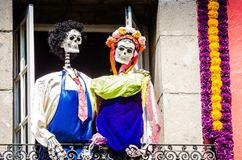 Bloemen en skeletten in Dia DE los Muertos in Mexico-City ala Frida & Diego royalty-vrije stock afbeeldingen