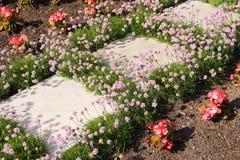 Bloemen en tegels stock fotografie