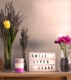 Bloemen en van huisdecoratie opstelling met inspirational bericht 9 stock afbeelding