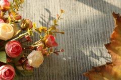 Bloemen en vergankelijke bladeren, om de doden te herdenken, royalty-vrije stock fotografie