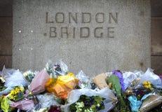 Bloemen in geheugen aan een terroristische aanslag in Londen Stock Foto