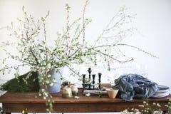 Bloemen, glazen en schotels op een lijst voor diner wordt geplaatst dat Royalty-vrije Stock Fotografie