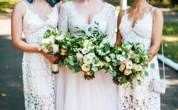 Bloemen in handen van theemeisjes Royalty-vrije Stock Afbeeldingen