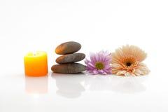 Bloemen, kaars, stenen - kuuroordthema stock afbeelding