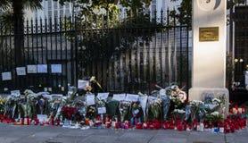 Bloemen, kaarsen en tekens tegen terroristische aanslag in Parijs, voor Franse ambassade in Madrid, Spanje wordt geplaatst dat Stock Foto