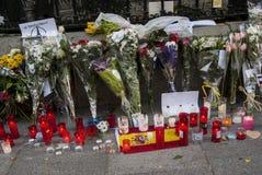 Bloemen, kaarsen en tekens tegen terroristische aanslag in Parijs, voor Franse ambassade in Madrid, Spanje wordt geplaatst dat Stock Fotografie