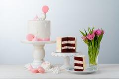 Bloemen, konijntje en cake stock afbeelding