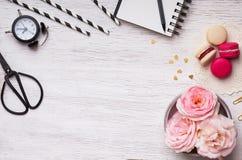 Bloemen, macarons, gestreept document stro en ander leuk materiaal Stock Afbeeldingen