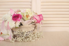 Bloemen in mand Stock Afbeelding