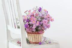 Oud Roze Fauteuil : Oude roze stoel en bloemen stock foto afbeelding bestaande uit