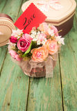Bloemen met dozen op houten achtergrond Stock Foto