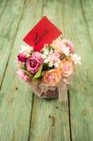 Bloemen met dozen op houten achtergrond Stock Fotografie