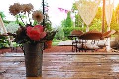 Bloemen met oude vaas Royalty-vrije Stock Afbeelding