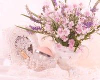 Bloemen met parfumflessen royalty-vrije stock foto's