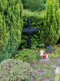 Bloemen na een begrafenis in een oude begraafplaats stock foto