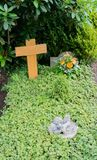 Bloemen na een begrafenis in een oude begraafplaats royalty-vrije stock fotografie