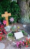 Bloemen na een begrafenis in een oude begraafplaats stock fotografie