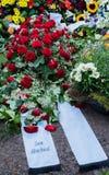 Bloemen na een begrafenis in een oude begraafplaats royalty-vrije stock foto
