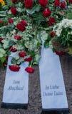 Bloemen na een begrafenis in een oude begraafplaats stock afbeeldingen