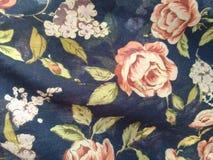 Bloemen op behang stock foto