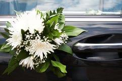 Bloemen op de auto Stock Afbeeldingen