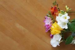Bloemen op de houten lijst royalty-vrije stock afbeeldingen