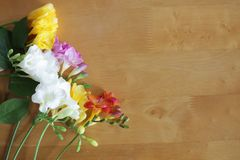 Bloemen op de houten lijst stock fotografie